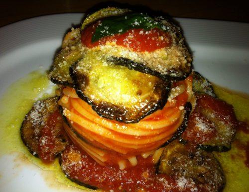 Spaghetti con Passata di Pomodoro, Zucchine Fritte e Basilico