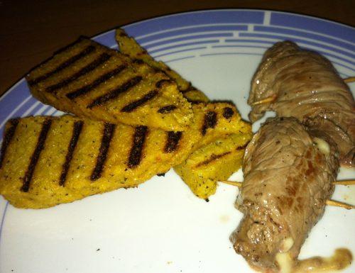Involtini di manzo con caciotta affumicata e crostini di polenta